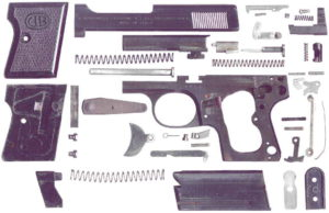 Vue éclaté du pistolet Bernardelli Baby en calibre 22 short. On remarquera la forme de l'éjecteur et du percuteur.