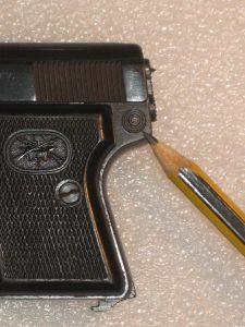 A la pointe du crayon se trouve le bouton de démontage de la culasse.