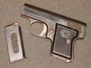 Vue de la face gauche du pistolet Bernardelli Baby en calibre 6,35 mm