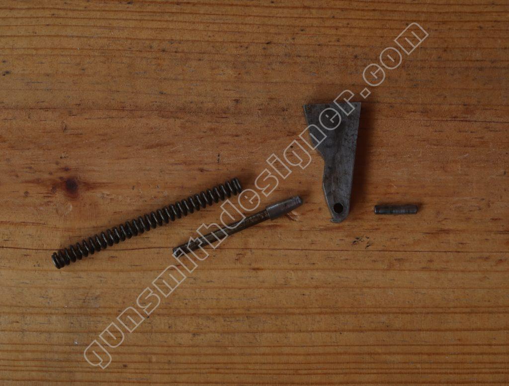 Le marteau et ses pièces annexes du mécanisme Pedretti.