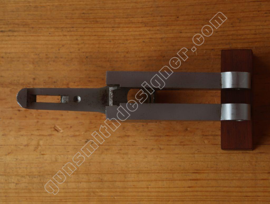 Le dessous de la bascule nue du mécanisme Pedretti.